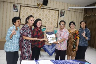 Pemberian Batik Roemah Tiga untuk Bapak Ibu Guru dan Karyawan Aktif SMAN 3 Surakarta
